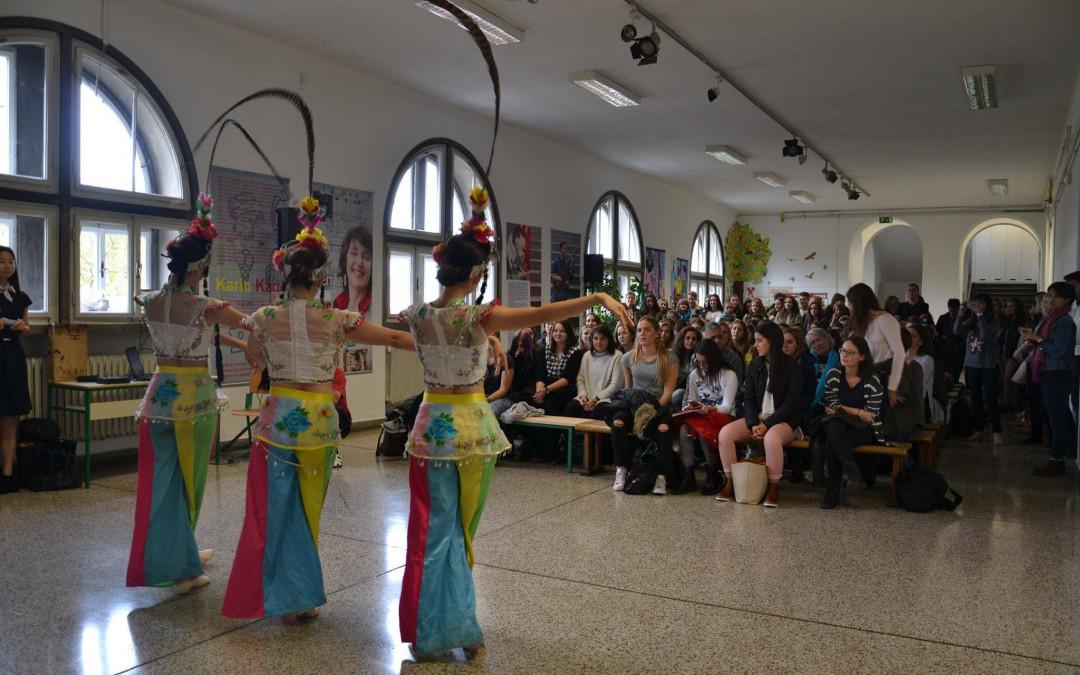 Predstavitev kitajskih plesnih akrobatov iz spektakla Panda Chengdu @ Ljubljana