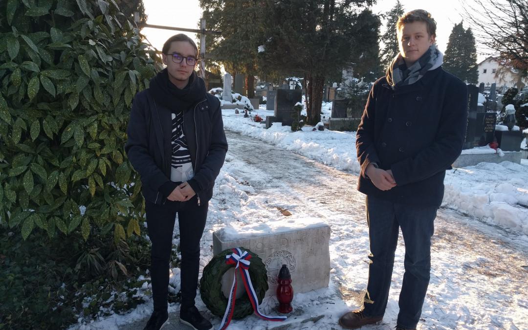 Polaganje venca na Plečnikov grob